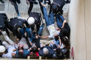 Con una violenta actuación policial (video) desahucian a la vecina de Santa Isabel