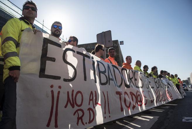Seguimiento total en la huelga de los estibadores para salvar sus empleos. El Ministerio de Fomento indica que actuará con violencia si es necesario…