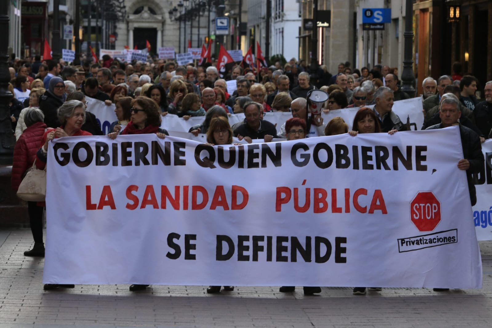 Zaragoza, video y fotos manifestación. Gobierne quien gobierne la sanidad pública se defiende.