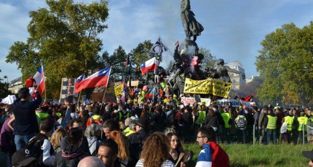 FRANCIA. La cincuenta marcha consecutiva de los chalecos amarillos homenajeó al pueblo chileno