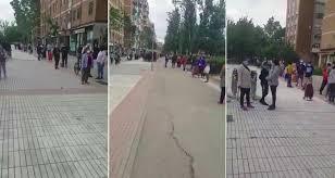 El capitalismo enseña sus garras: Larga cola para conseguir comida en un barrio de Madrid, y…