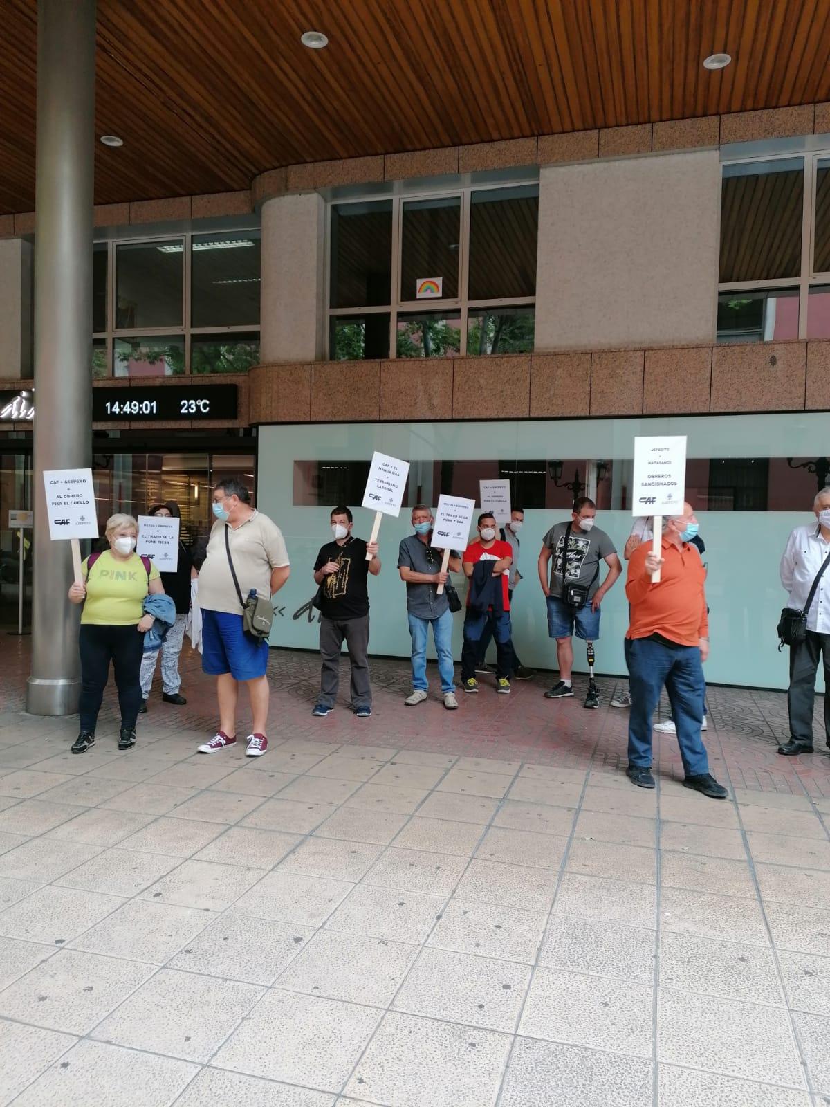 Fotos. Solidaridad de Intersindical de Aragón-CO.BAS ante la aberrante sanción impuesta a un compañero de CAF
