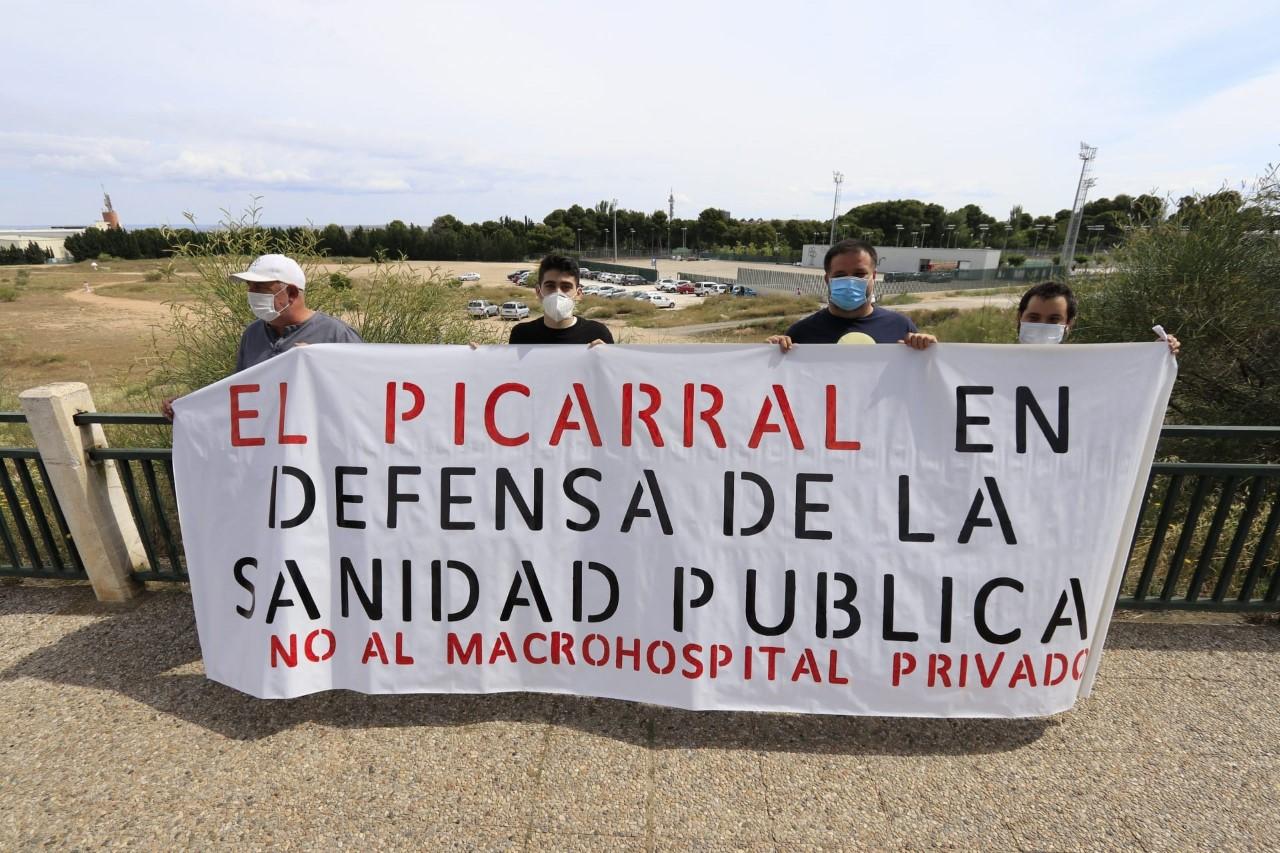 Colectivos en defensa de la sanidad pública realizan una acción reivindicativa en el solar del macrohospital privado