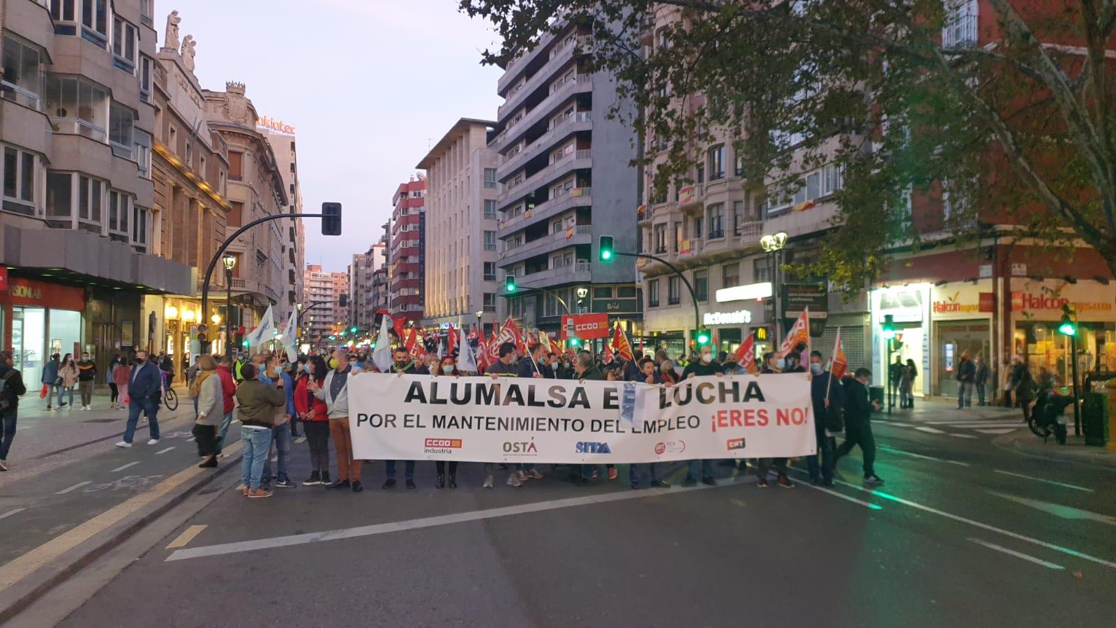 """Alumalsa, Huelga Indefinida. Masiva manifestación en Zaragoza en apoyo a la plantilla de Alumalsa """"para que no haya ni un solo despido"""""""