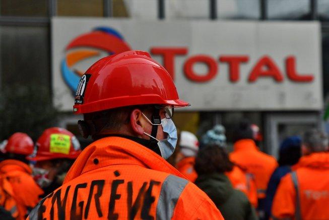 Francia: paralizan las refinerías de Total en apoyo a huelga de Grandpuits y por el empleo