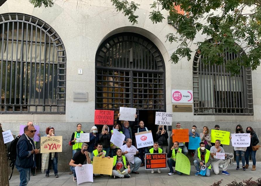 Zaragoza. Fotos y videos de trabajadr@s de autoescuelas, por los derechos laborales y contra la traición de UGT