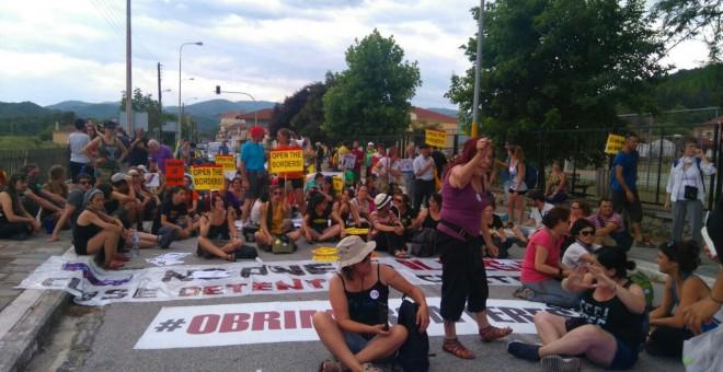 La Caravana a Grecia protesta frente a los CIE de dos ciudades helenas