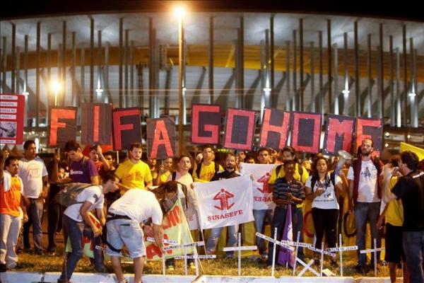(Bloque combativo)Solidaridad con los trabajadores condenados por las protestas contra la Copa del Mundo de Fútbol de Brasil.