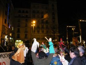 [CNT-Zaragoza] Una abarrotada concentración dio un cálido mensaje de apoyo a los titiriteros