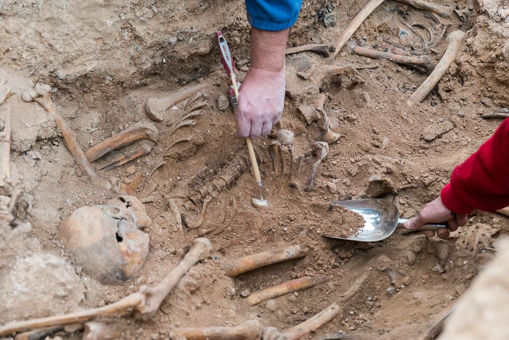 Comienzan las exhumaciones de tres fosas comunes en el cementerio municipal de Luesia