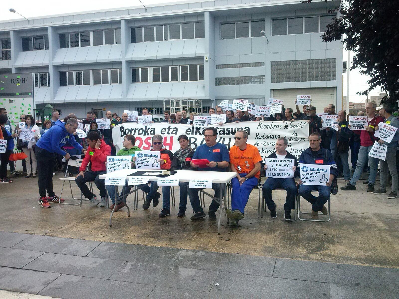 Trabajadores y trabajadoras de BSH Bosch de Gasteiz, Ezkirotz y Zaragoza comparecen en defensa de sus puestos de trabajo