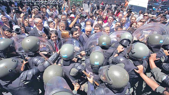 ARGENTINA. Fuerte represión fuera del Congreso y crisis política. Macri obligado a dar marcha atrás a su reforma contra los jubilados (+ fotos)