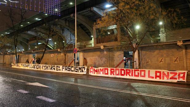 Los «Bukaneros» despliegan una pancarta en solidaridad con Rodrigo Lanza y Video de la historia que no contaron los medios