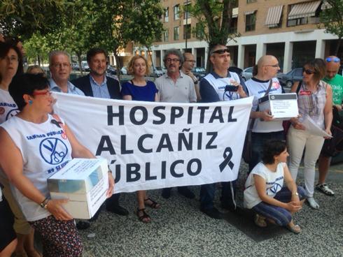 Cien personas se concentran contra la privatización del futuro hospital de Alcañiz