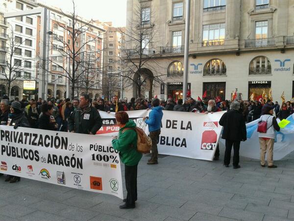 """El """"Foro Público 100%"""" reclama en las calles de Zaragoza """"prioridad para el gasto social antes que para los bancos"""""""