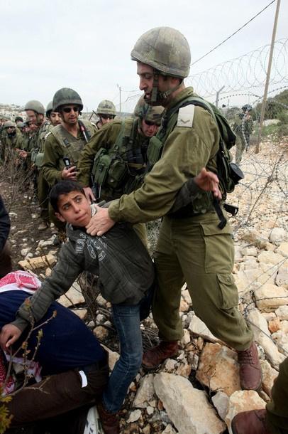 La detención administrativa es un crimen: Más de 100 presos palestinos en huelga de hambre