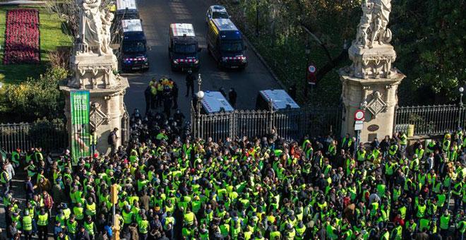 Los taxistas mantienen la huelga indefinida al no alcanzar un acuerdo con la Comunidad de Madrid ni con la Generalitat
