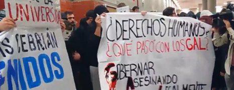 """Estudiantes reciben con gritos de """"fascistas"""" a Felipe González y Cebrián en la Universidad"""